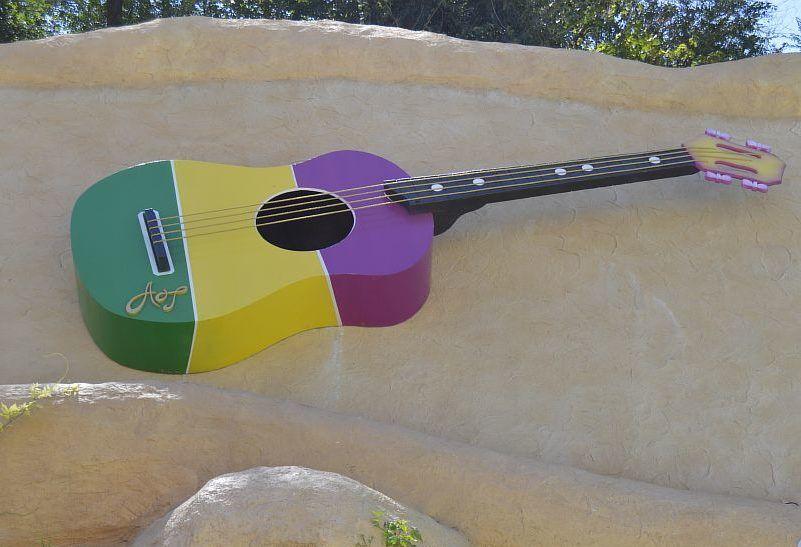 Деревянная декоративная гитара