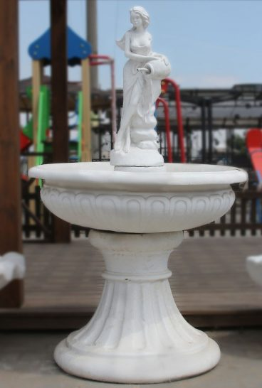 Девушка с амфорой - средний фонтан